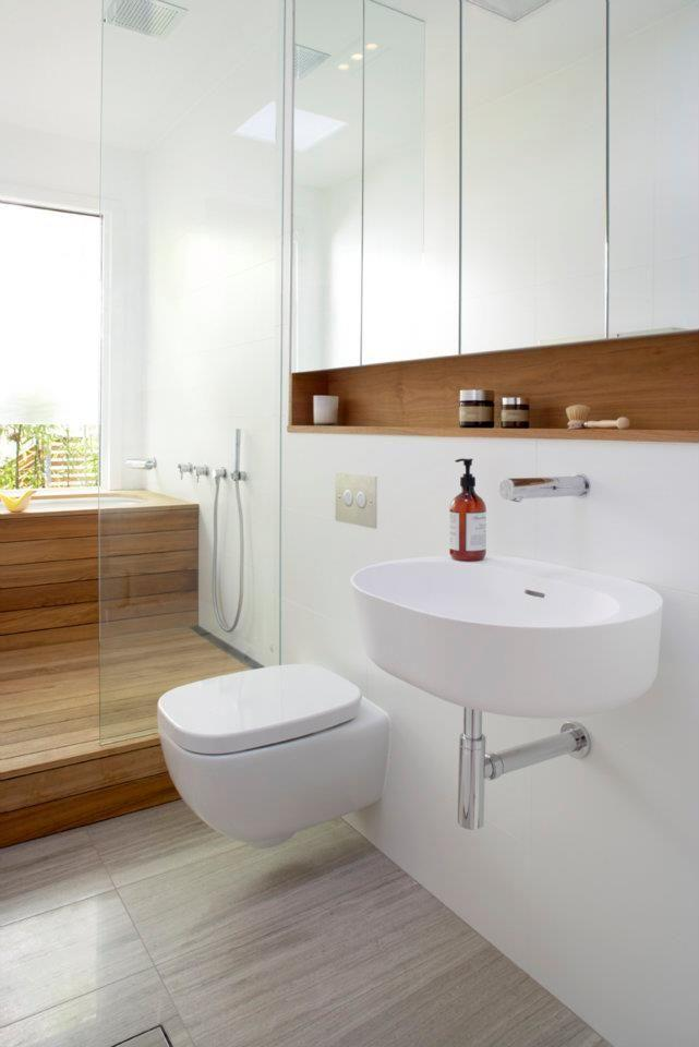White, wood and mirrors form the design of this bathroom.