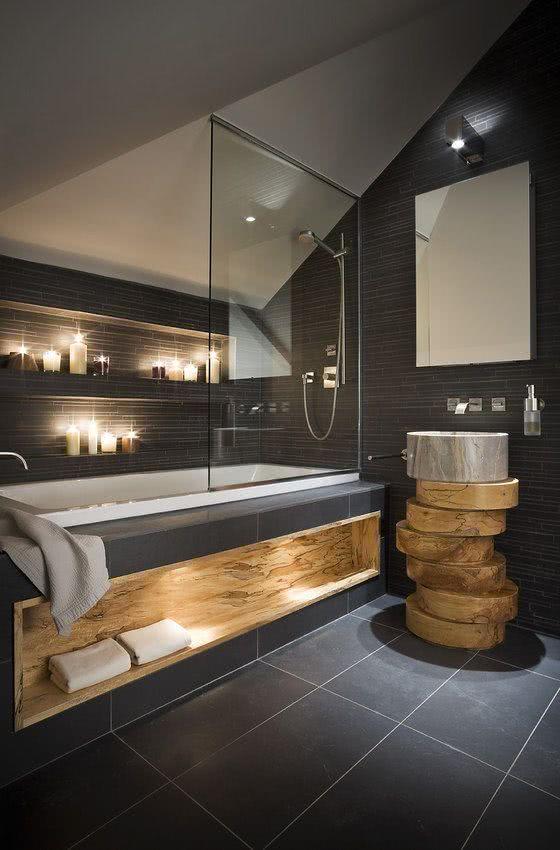 White bathtub, graphite cladding wall