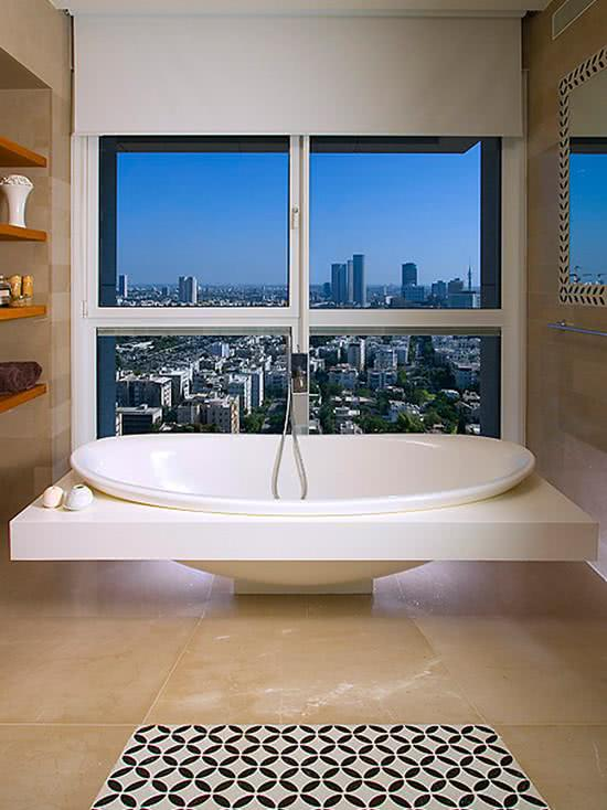 Bathtub with suspended support