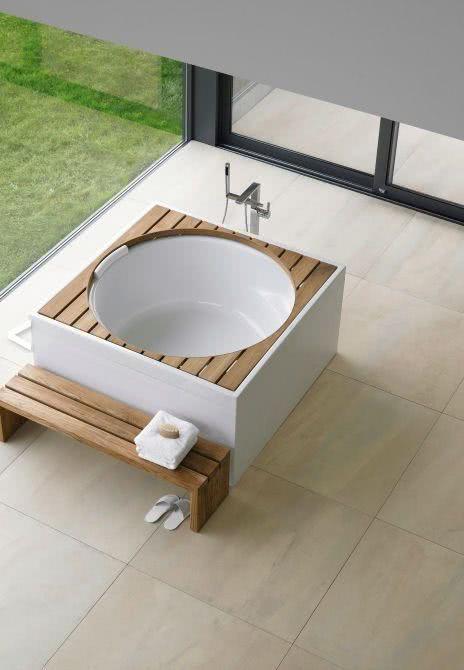 Small circular bathtub