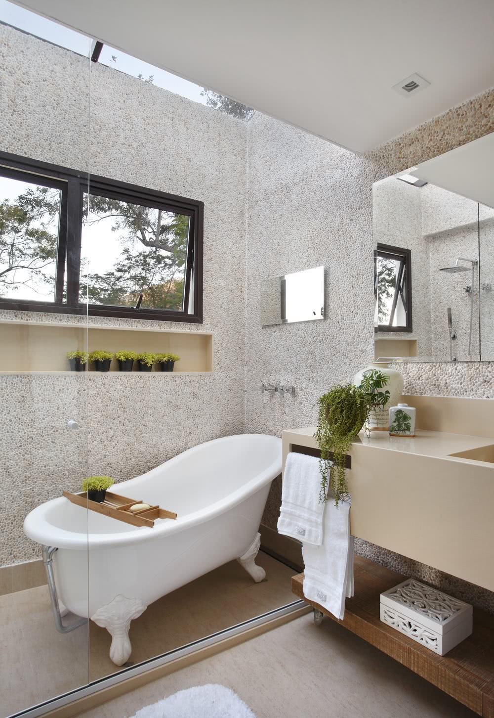 The lighting in the bathroom facilitates the visual field of the environment