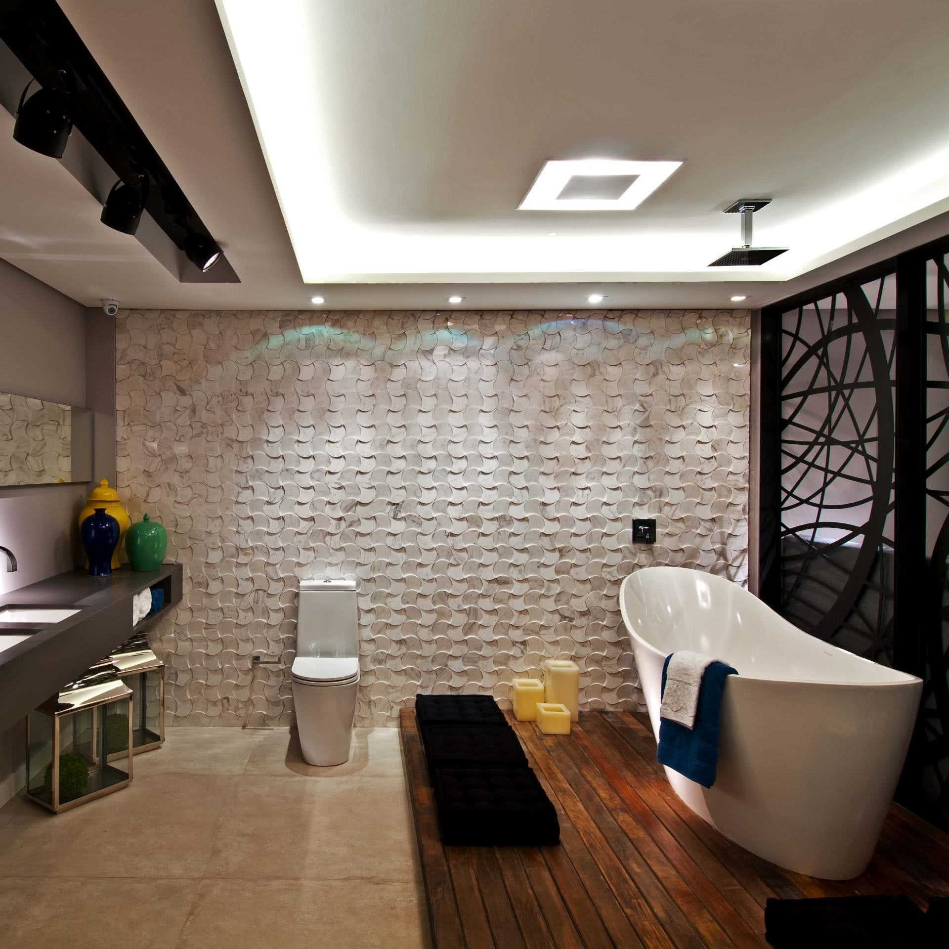 The floor with wooden deck follows the proposal of modern bathrooms very well