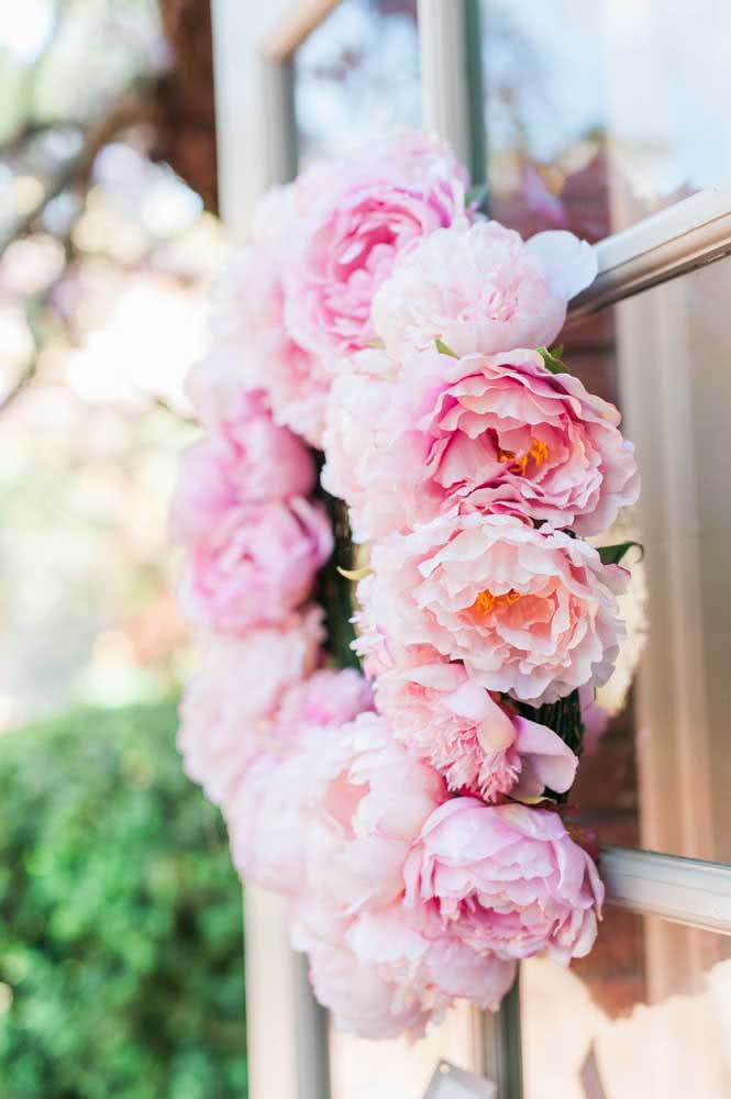 Garland of peonies: perfect idea for decorating a party