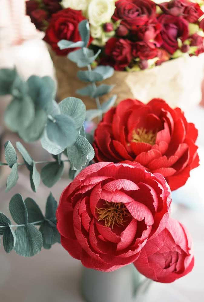 Red paper peonies: a great way to have the flower for longer in the decoration