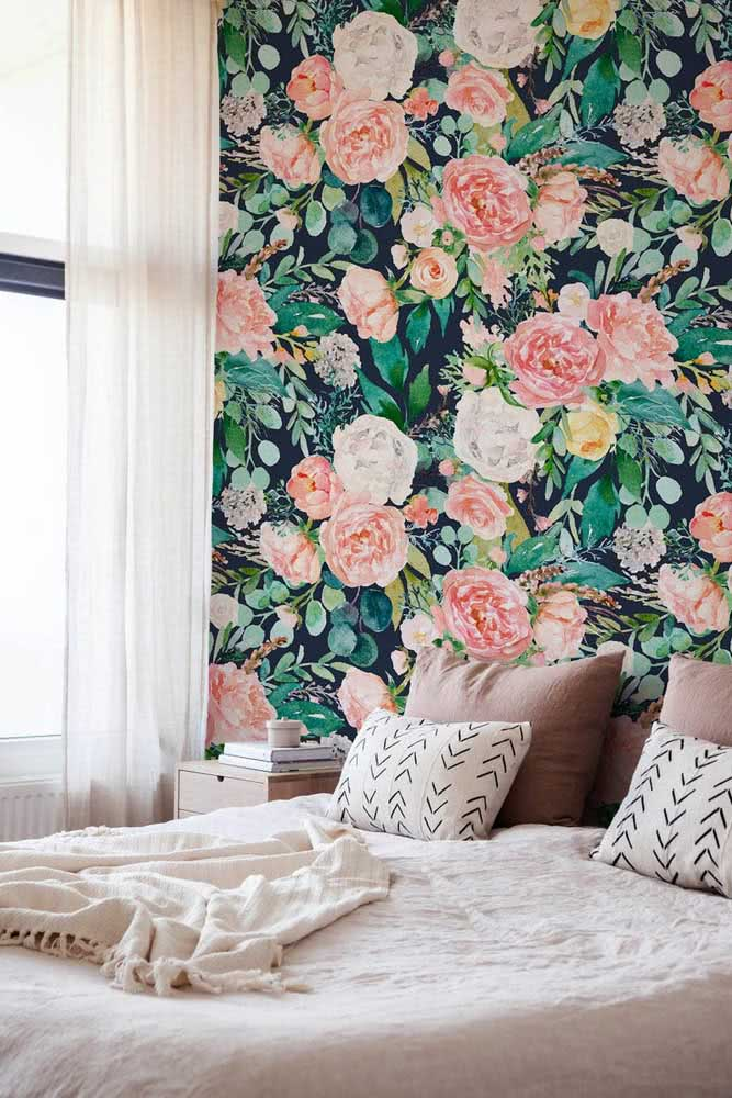 And if you can't count on the fresh flower, bring it to the decoration on a wallpaper