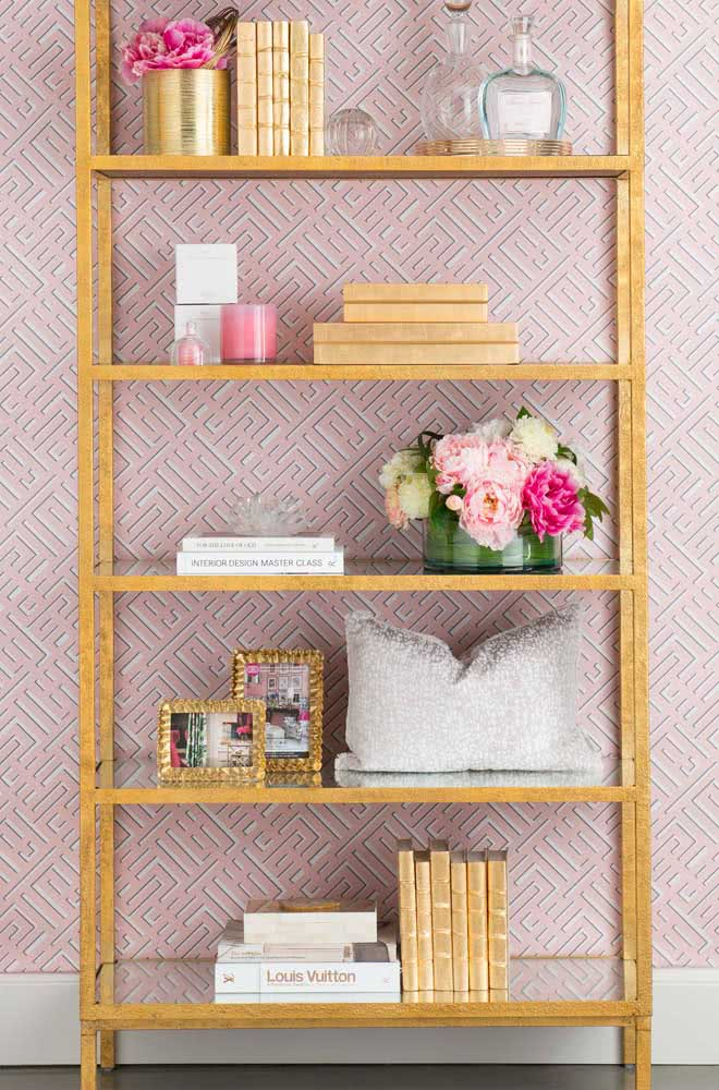 Two simple vases of peonies and you already guarantee a new face for the bookcase