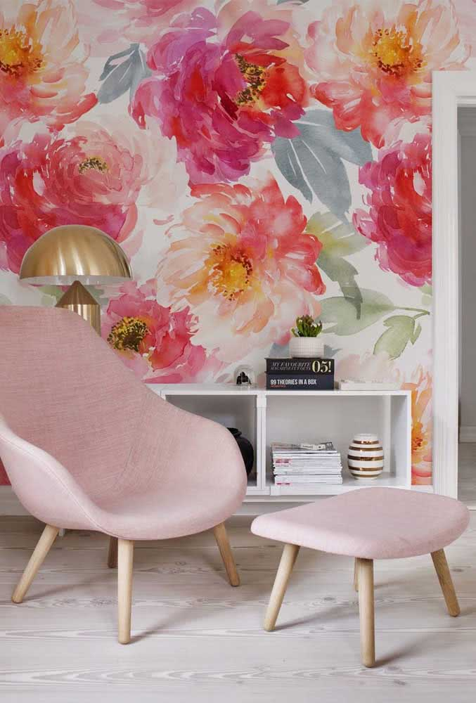 Colorful peonies and brush strokes on the wall: you can always innovate in the way you use the flower in the decoration