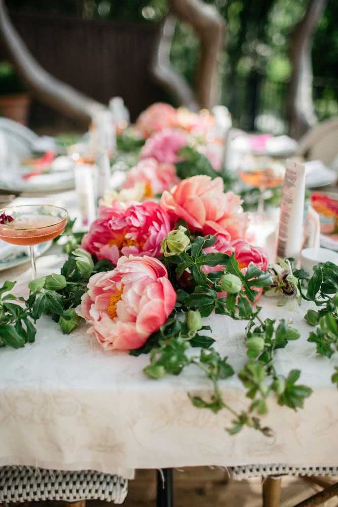 Peonies in the center of the table set: pure sophistication for your event