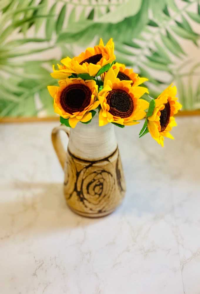 A rustic and cheerful composition between the vase and the sunflower flowers