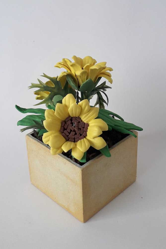 A wooden cachepô to receive the EVA sunflower in style