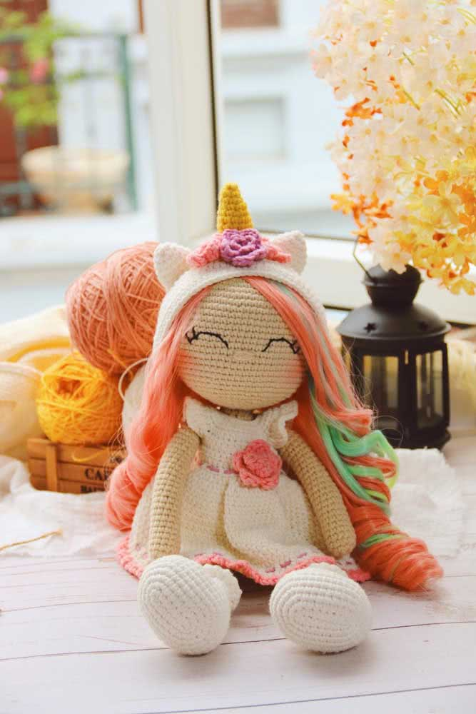 A little girl with a unicorn tiara: all crocheted!