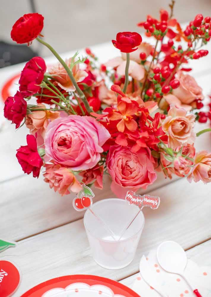 Flowers in the theme colors complete the decor of the table set