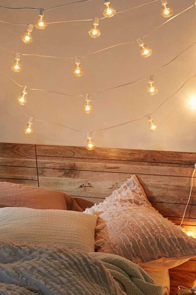 The clothesline of lamps in the bedroom is beautiful on the headboard.