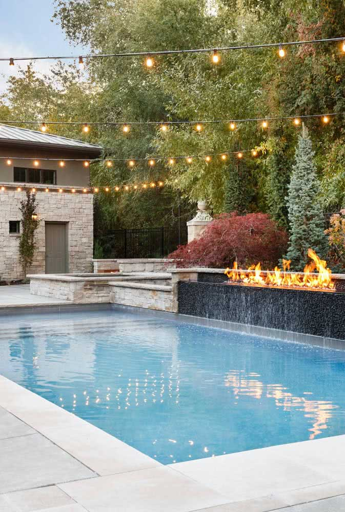 To enjoy the pool at night, there's nothing better than a clothesline with lamps