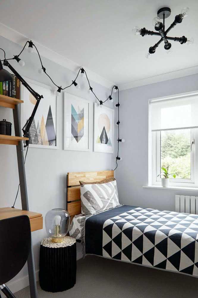Black yarn to match the decor
