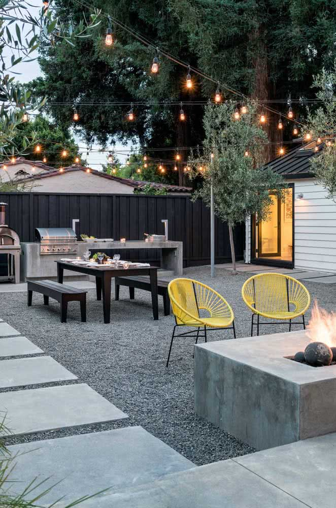 Clothesline of lamps in the yard.  Value the outdoor area in a simple and cheap way